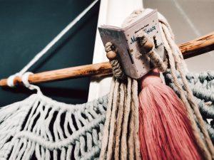 prezent dla maniaka książki laleczka ze sznurków